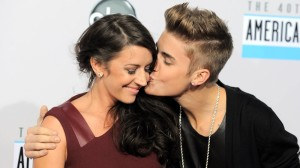Justin Bieber Kissing Pattie Mallette wallpaper